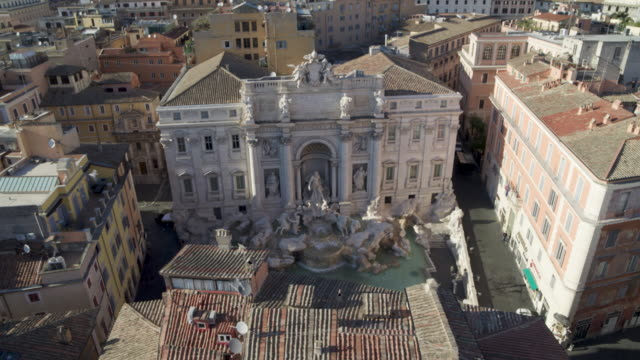 vidéos et rushes de daytime drone flight of a deserted trevi fountain in rome, italy during the covid 19 shutdown/corona lockdown in 2020 - antenne individuelle
