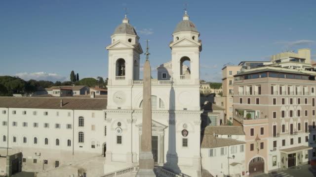 vidéos et rushes de daytime drone flight of the deserted spanish steps in rome, italy during the covid 19 shutdown/corona lockdown - antenne individuelle