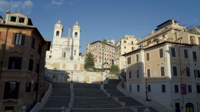 stockvideo's en b-roll-footage met daytime drone flight of the deserted spanish steps in rome, italy during the covid 19 shutdown/corona lockdown - international landmark