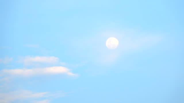 Tagesmond mit vorbeiziehenden Wolken langsam