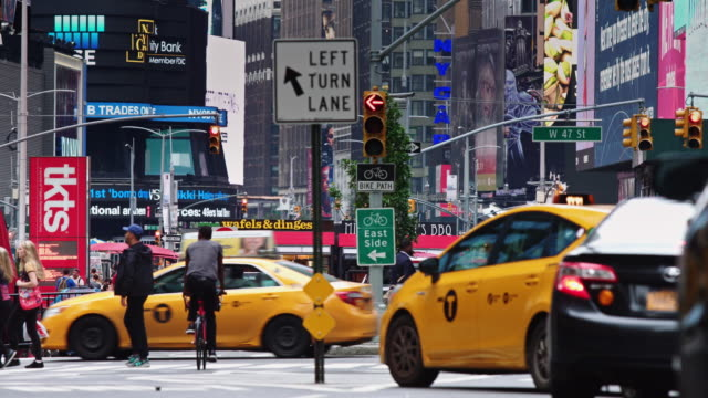 stockvideo's en b-roll-footage met daytime shot of times square, manhattan - verkeersbord