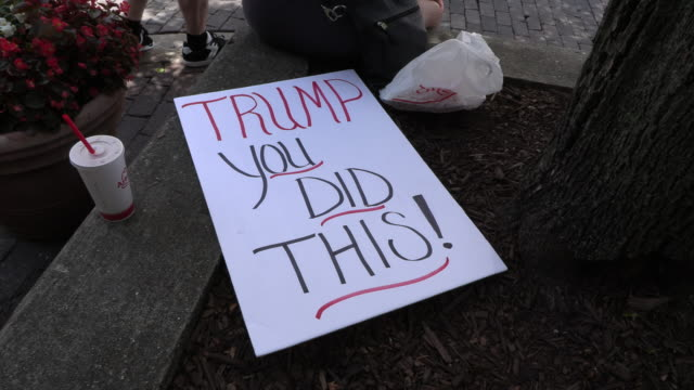 """dayton, ohio, usa: a protest sign reads, """"trump you did this!"""" at the site of sunday morning's mass shooting that left 9 dead, and 27 wounded,... - 全米ライフル協会点の映像素材/bロール"""