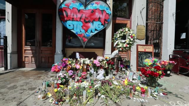 dayton, ohio, usa: flowers cover a memorial at the site of sunday morning's mass shooting that left 9 dead, and 27 wounded, wednesday, august 7, 2019... - ohio bildbanksvideor och videomaterial från bakom kulisserna