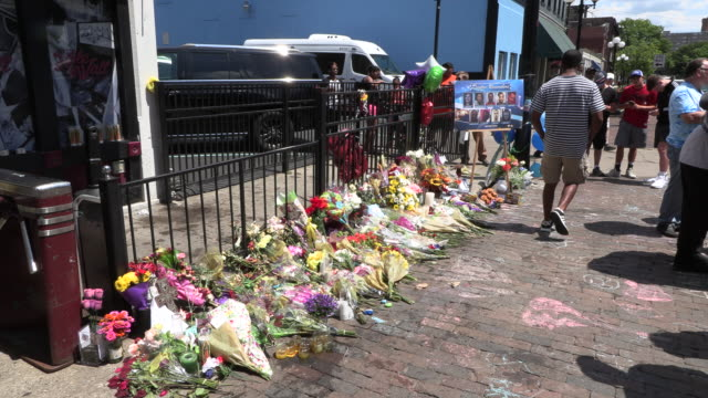 dayton, ohio, usa: flowers cover a memorial site on 5th street at the site of sunday morning's mass shooting that left 9 dead, and 27 wounded,... - ohio bildbanksvideor och videomaterial från bakom kulisserna