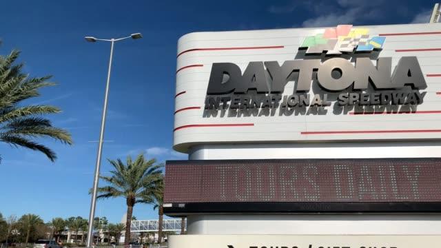 daytona international speedway daytona 500 atmosphere on february 7 2020 in daytona beach florida - circuito di daytona video stock e b–roll