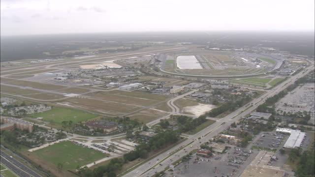 aerial ws daytona international speedway / florida, united states - circuito di daytona video stock e b–roll