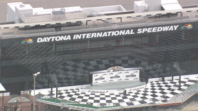 aerial ws daytona international speedway stage / florida, united states - circuito di daytona video stock e b–roll