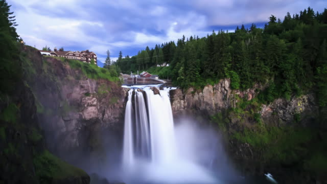 w/s day-to-night time lapse of snoqualmie falls (wa) with mist from the falls in the foreground and low, heavy clouds rolling by above - filiz stock videos & royalty-free footage