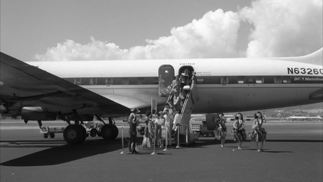 ms dc seven parked on airfield airport and people exiting from airplane at honolulu hawaii - hawaiianische kultur stock-videos und b-roll-filmmaterial