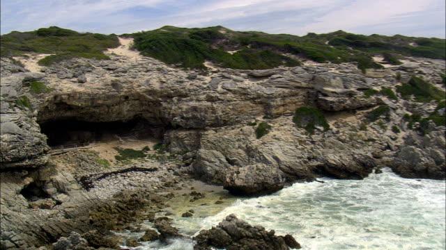 stockvideo's en b-roll-footage met de oudsten grotten - luchtfoto - western cape, south africa - prehistorische mens