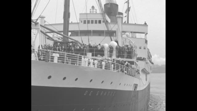vidéos et rushes de ss de grasse pulls out of port in new york harbor with archbishop of ny cardinal patrick hayes on board en route to the dublin eucharistic congress... - port de new york