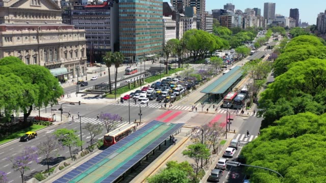 9 de julio avenue, the widest road in the world, landmark in buenos aires. note solar panels on bus stops - avenida 9 de julio stock videos & royalty-free footage