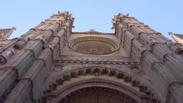 vídeos y material grabado en eventos de stock de de la cathedrale de palma de majorque chef d'œuvre de l'art gothique catalan qui possede l'une des rosaces les plus grandes au monde - sumar