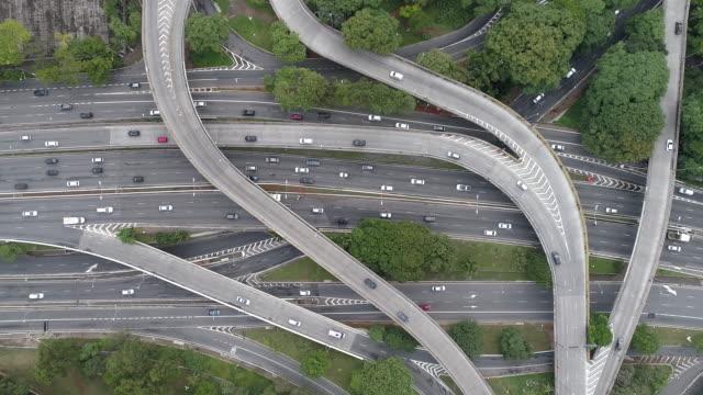 vídeos de stock, filmes e b-roll de 23 de maio avenue and ibirapuera avenue crossing - viaduto entroncamento
