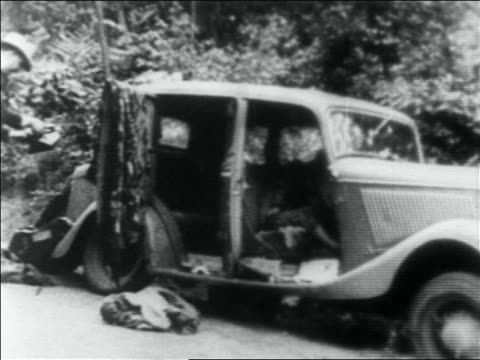 vidéos et rushes de b/w 1934 dead bodies of bonnie and clyde in car / louisiana - 1934