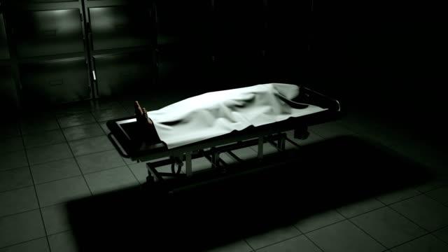 vídeos de stock, filmes e b-roll de cadáver no necrotério na mesa de aço. - autopsia