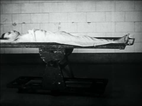 b/w 1934 dead body of john dillinger lying on table in morgue - john dillinger stock-videos und b-roll-filmmaterial