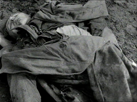 vídeos de stock, filmes e b-roll de dead german soldier / dead german soldier in stretcher / dead german soldier lying on the ground - wehrmacht