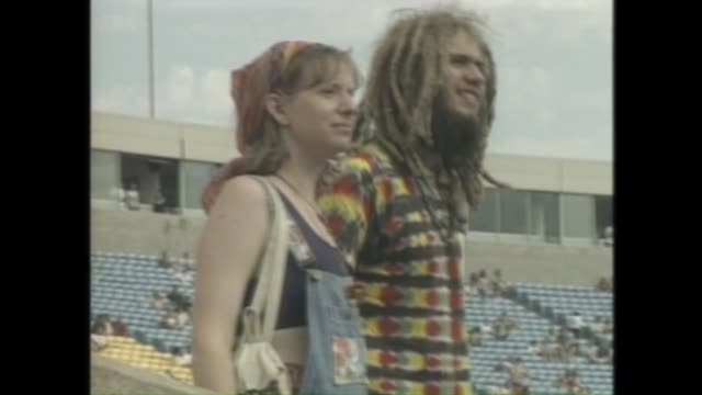 stockvideo's en b-roll-footage met dead heads pour into the area around soldier field for 1995 grateful dead concert in chicago on july 8. - festivalganger