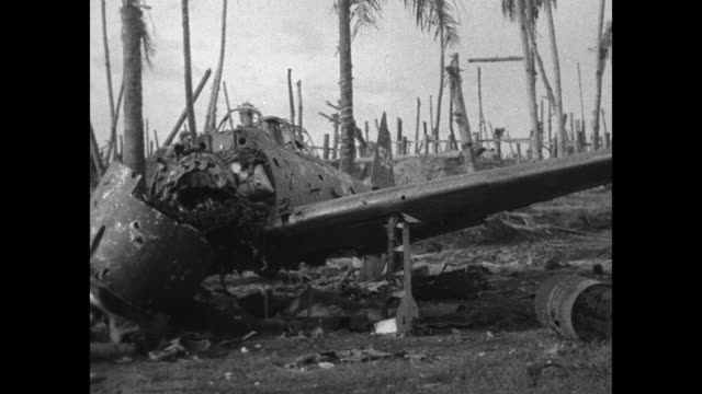 vs dead japanese soldiers lying on ground / dead japanese solider hanging out of pillbox / group of dead japanese soldiers lying on beach / wrecked... - 装甲車点の映像素材/bロール
