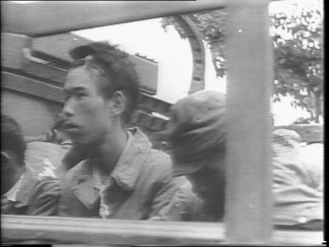 vidéos et rushes de dead japanese soldiers on ground / us troops body search japanese soldier in philippines / us soldier guarding truck of japanese prisoners / montage... - prisonnier de guerre