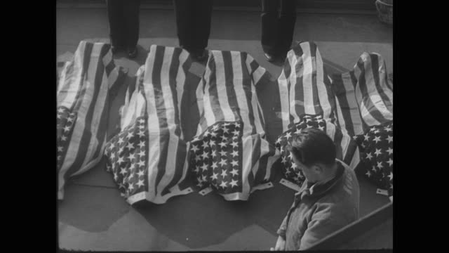 vidéos et rushes de dead soldiers in flag covered caskets - 1942