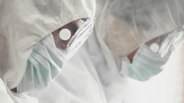 締め切りワクチン - クリーンスーツ点の映像素材/bロール