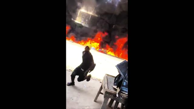 vídeos y material grabado en eventos de stock de deadly fire raged through the onitsha market in nigeria as helpless onlookers tried in vain to fight the flames, while others fled for their lives.... - sparks