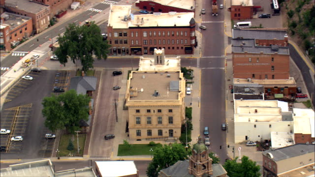 stockvideo's en b-roll-footage met deadwood - luchtfoto - south dakota lawrence county, verenigde staten - straatnaambord