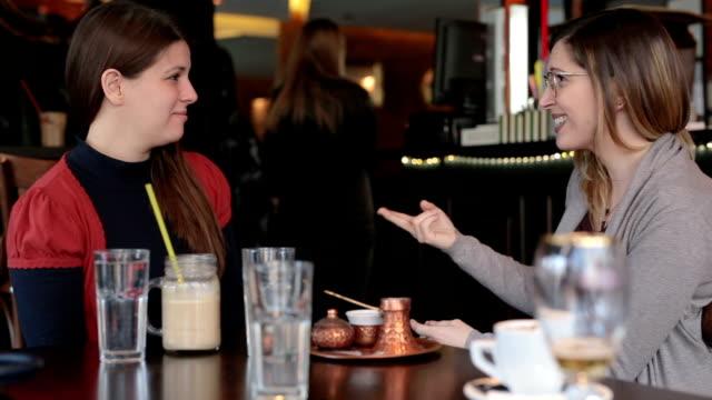 vídeos de stock, filmes e b-roll de surda, tendo um ótimo tempo juntos no café - sinal
