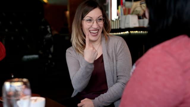 vídeos y material grabado en eventos de stock de mujeres sordas que habla con las manos - sordera