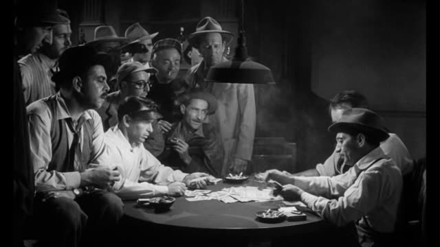 stockvideo's en b-roll-footage met 1955 dealer (frank sinatra) angers poker players when he beats them - gokken