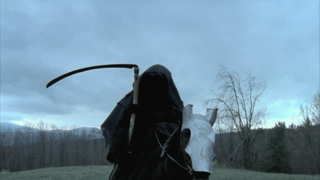 vídeos de stock e filmes b-roll de ms death figure with scythe on horseback on meadow, morrisville, vermont, usa - morte