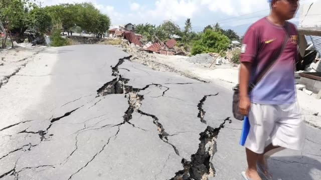 Death toll estimate from Sulawesi earthquake and tsunami rises to 1300 Palu Indonesia earthquake aftermath GVs and mass burial Sulawesi Palu Balaroa...