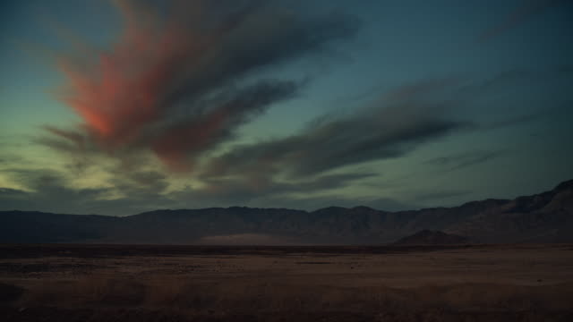 vídeos de stock e filmes b-roll de death valley california road trip at sunset - câmara à mão