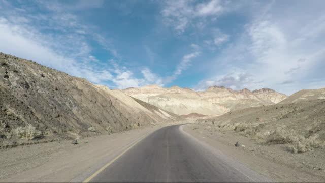 death valley wüste artist drive - road-trip in den vereinigten staaten - autoreise stock-videos und b-roll-filmmaterial