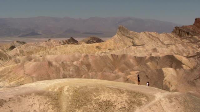 hd: parco nazionale della valle della morte - zabriskie point video stock e b–roll