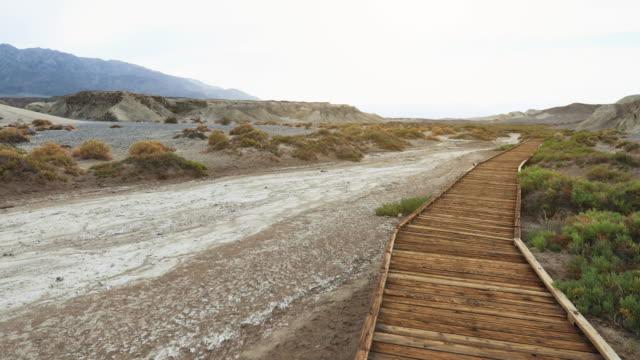stockvideo's en b-roll-footage met death valley national park: houten pad - zabriskie point