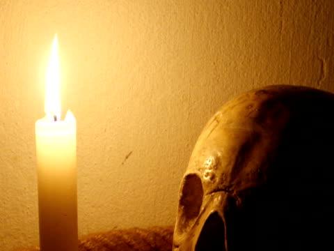 vídeos de stock, filmes e b-roll de de morte  - candlelight