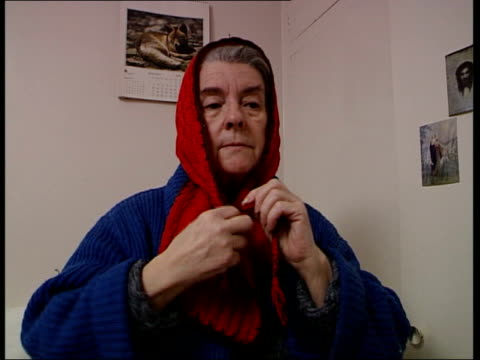 vidéos et rushes de deaths from cold; itn england: int iris elmer, wearing heavy cardigan, to bed elmer putting on scarf around her head iris elmer interview sot - if... - cardigan