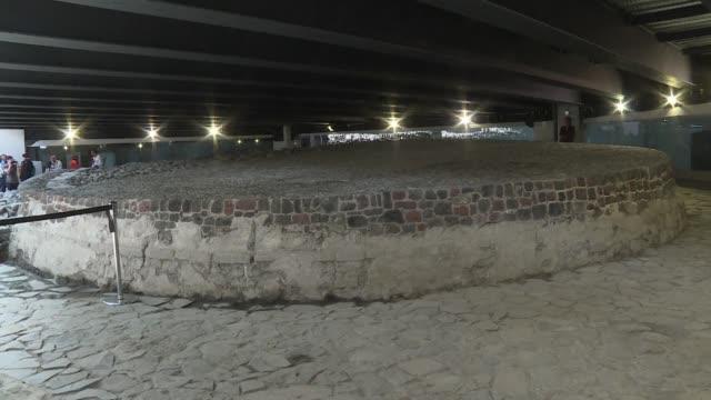 vídeos y material grabado en eventos de stock de debajo de un centro comercial sobre una transitada avenida y al lado de una gigantesca unidad habitacional de la ciudad de mexico yace un templo... - de lado a lado