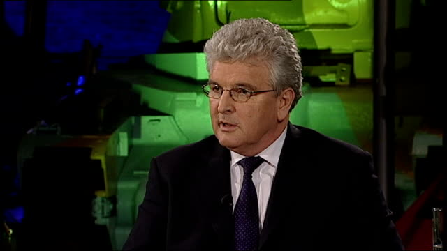 vidéos et rushes de debate on future of trident nuclear missile system; des browne mp speaking during more4 news debate sot - on how future generations need the security... - missile