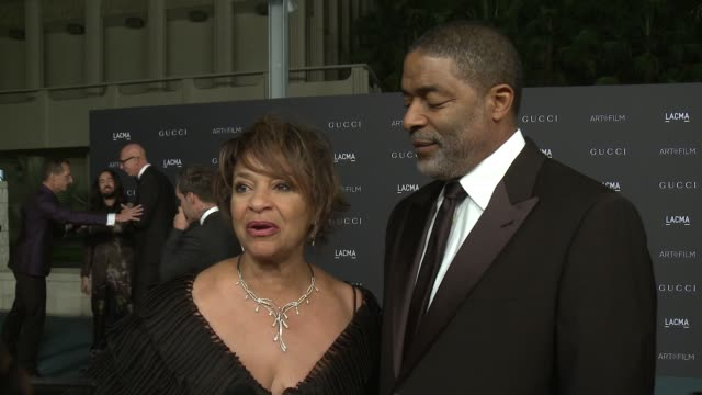 debbie allen, norman nixon on what they love about lacma at 2015 lacma at 2015 lacma art+film gala honoring alejandro g. inarritu and james turrell... - debbie allen stock videos & royalty-free footage