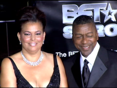 vidéos et rushes de debra lee, president and coo of bet, and robert l johnson, bet founder and chairman at the bet 25 strong silver anniversary special arrivals at the... - président d'organisation