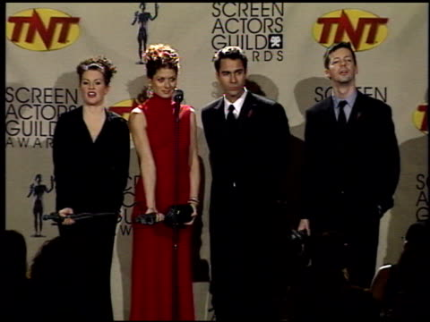 debra messing at the 2001 screen actors guild sag awards at the shrine auditorium in los angeles california on march 11 2001 - 映画俳優組合点の映像素材/bロール
