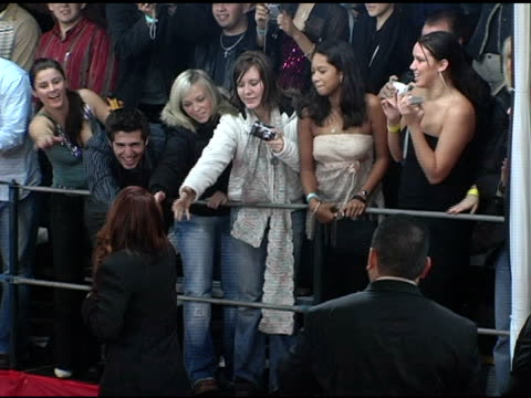 debra messing greets fans at the 2005 people's choice awards arrivals at the pasadena civic auditorium in pasadena california on january 10 2005 - pasadena civic auditorium stock videos & royalty-free footage