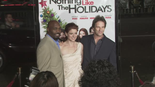 debra messing hart bochner at the 'nothing like the holidays' premiere at los angeles ca - debra messing stock-videos und b-roll-filmmaterial