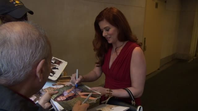 debra messing with fans at the 'today' show studio - debra messing stock-videos und b-roll-filmmaterial