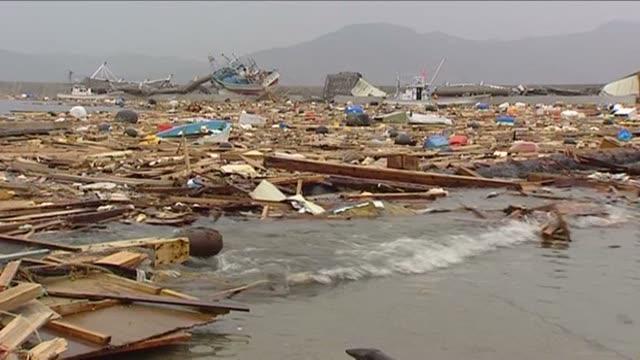 vidéos et rushes de debris floating in water following a tsunami in the coastal town of rikuzentaka japan march 2011 - tsunami
