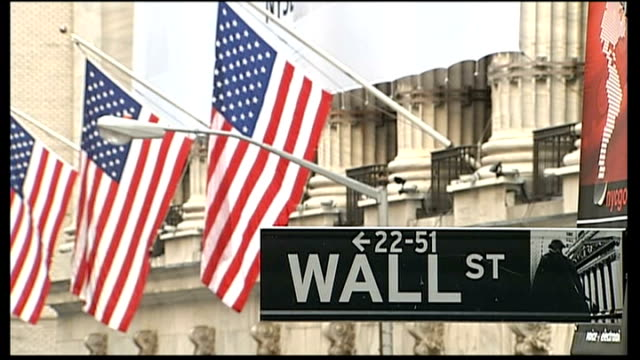 vídeos de stock e filmes b-roll de debt deal fails to rally stock markets new york wall street stock exchange ext street sign 'wall st' with american flags behind name above entrance... - street name sign